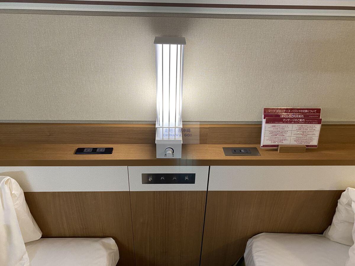 Vessel Hotel Campana Okinawa飯店開箱評價-床頭櫃插座